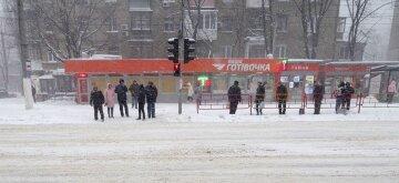 """Одесситов грабят на остановках общественного транспорта: """"подъезжают на мопедах"""""""