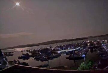 Крупный метеорит рухнул на Землю, усилился ветер и прогремел мощный взрыв: появилось видео