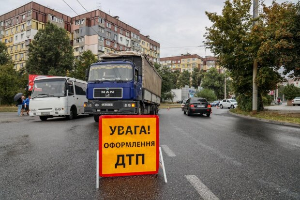 Грузовик устроил кровавую аварию в Харькове: ужасающие кадры трагедии