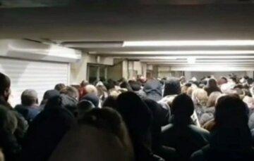 """У Києві почалася аномальна тиснява в метро: люди """"ходять"""" один одному по головах, відео"""