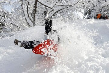 cheloveka-tolknuli-v-sneg