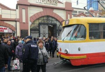 """Одеських поліцейських жорстко побили біля Привозу, кричущі деталі: """"хотіли припаркуватися"""""""