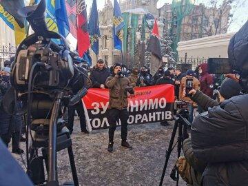 """Під ОПУ пройшла акція """"Три удари по російській агентурі"""": названо вимоги активістів — ЗМІ"""