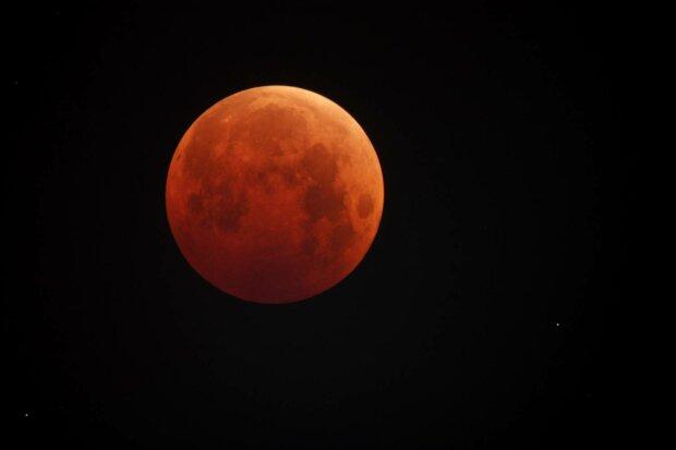 Лунное затмение надвигается на Украину: кому несет опасность и что нельзя делать 5 июня
