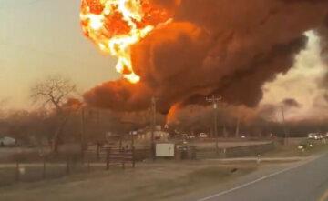 Потяг зійшов з рейок і загорівся, найближчі райони екстрено евакуюють: перші кадри трагедії