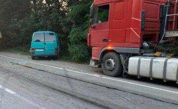 Автобус с детьми врезался сразу в две фуры: кадры аварии на Винничине