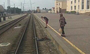 """Бабуся впала на рейки після """"допомоги"""" перехожого на вокзалі в Харкові: кричущі кадри"""