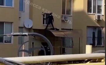 Трагедия произошла средь бела дня в Одессе: жизнь человека оборвалась во дворе многоэтажки, кадры
