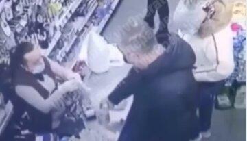 """Покупатель супермаркета сорвал злость на кассире, видео: """"взбесился из-за сдачи в монетах"""""""