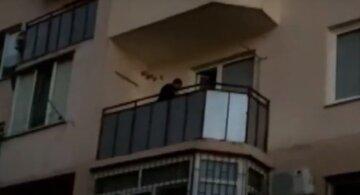 В Одесі злодій-іноземець обчистив квартиру через балкон: момент потрапив на відео