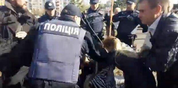 За что: в Киеве копы до крови избили мужчину, возвращавшегося из магазина