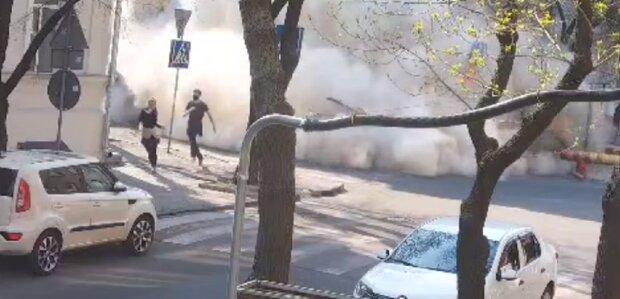 Обвалення будинку в центрі Одеси потрапило на відео: люди рятувалися втечею