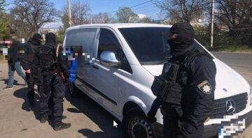 Озброєна банда з Одеси залякувала людей по всій Україні, спецназ підняли по тривозі: кадри