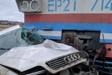ЧП на железной дороге: людей вырезают из искореженного авто, кадры жуткой аварии