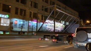 Будьте внимательны! По улицам Киева ездит стеклянный грузовик