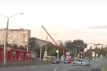 """У Харкові з рухомої машини випав пасажир, відео: """"відчинилися двері"""""""