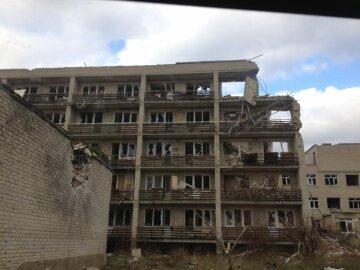 Жизнь на передовой в Марьинке: контактные бои и тотальная разруха (видео)