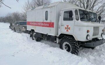 """""""Мы застряли - нужна помощь"""": скорая с пациенткой слетела в снежный сугроб, фото"""