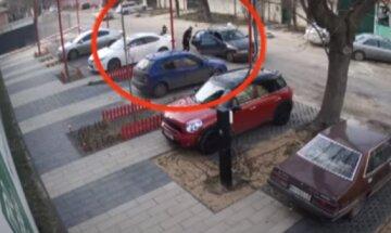 В Одессе средь бела дня стреляли в мужчину: видео вооруженного нападения появилось в сети