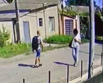 """Напад на жінку зняли на відео в Одесі: """"Страшно ходити серед білого дня"""""""