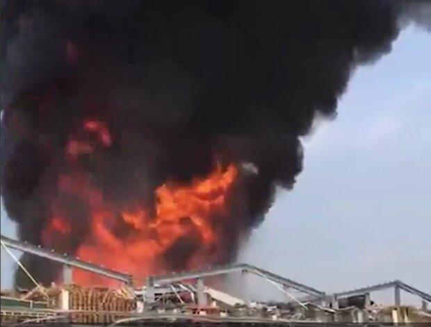 Новые взрывы гремят в Бейруте, столб огня и дыма до небес: первые кадры и подробности ЧП