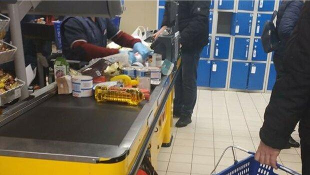 """Харьковчане удивили нестандартной защитой от коронавируса, фото: """"пакеты, коробки и..."""""""