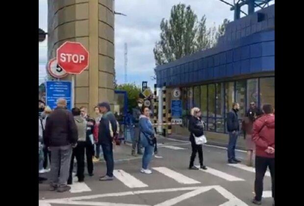 Під Одесою бунтуються робітники, заблоковані всі виїзди: відео того, що відбувається