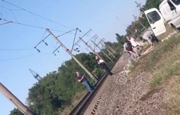 Життя молодої дівчини трагічно обірвалося на залізниці в Одесі, відео: що відомо