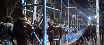 Нацгвардия начала зачистку в Новых Санжарах, обезумевшая толпа атакует с новой силой: кадры хаоса