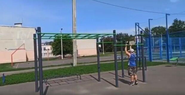 В Харькове вандалы обнесли спортивную площадку, видео: позарились на блины
