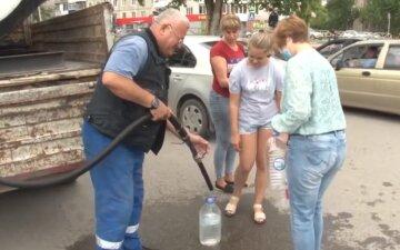 """В Одессе жителей высотки оставили без воды из-за долгов: """"Нам свыше сказали закрыть"""""""