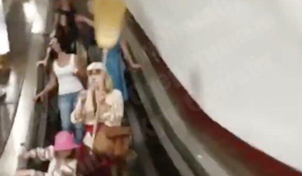 """Женщины с метлами устроили охоту на киевлян в метро, видео: """"Снимайте маски!"""""""
