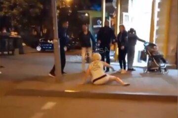 """В Одесі господиню собаки побив неадекватний батько, відео: """"підбігла до дитини"""""""