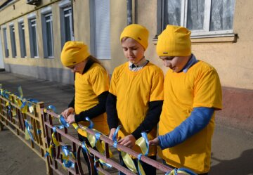 2019-03-05 14_42_43-Вшколе, гдеучился Андрей Эйдер, устроили флешмоб вподдержку пленных военных м