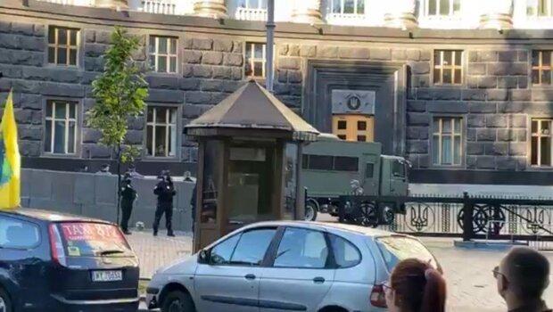 Масштабний бунт в центрі Києва: до Кабміну стягують силовиків, кадри подій