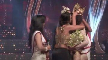 """Скандал на конкурсі краси, з переможниці здерли корону прямо на сцені: """"Тобі має бути соромно!"""""""