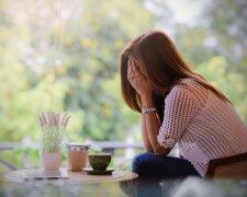 Женщина плачет, горе