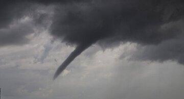 Циклон обрушился на Одессу, песчаная буря, шторм и ливень: кадры стихии