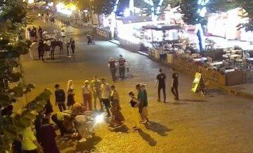 Довго не приходив до тями: на Дерибасівській нокаутували перехожого, відео