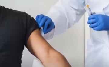 """Врач рассказала, кому не стоит вакцинироваться от вируса и чем это опасно: """"Если у человека..."""""""