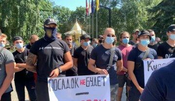 На Луганщине вышли против мэра, которого обвиняют в сепаратизме