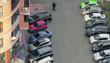 """Спущенные колеса и воздушные шарики: как в Киеве """"наказывают"""" водителей за неправильную парковку"""
