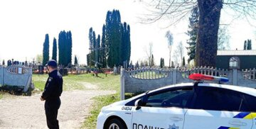 Мати з сином влаштували погром на кладовищі: кадри з місця подій