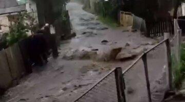В Харькове жуткая стихия смыла асфальт на дорогах: кадры разрушений