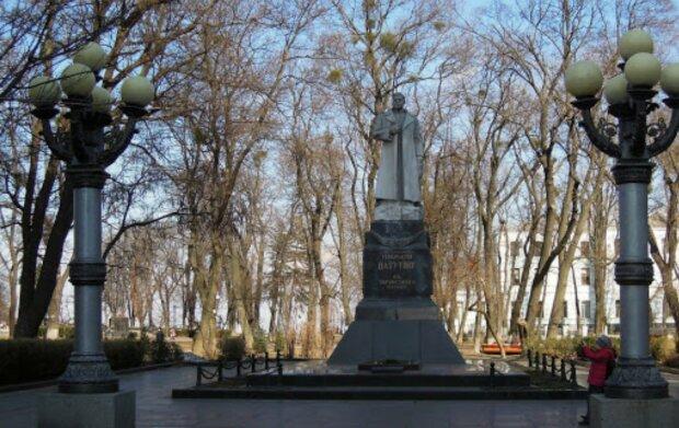 В центре Киева испортили памятник советскому генералу: кадры последствий