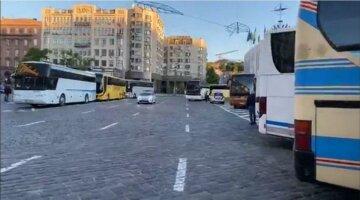 Ситуация под Кабмином накаляется, стягивают полицию, движение парализовано: кадры «восстания автобусов»