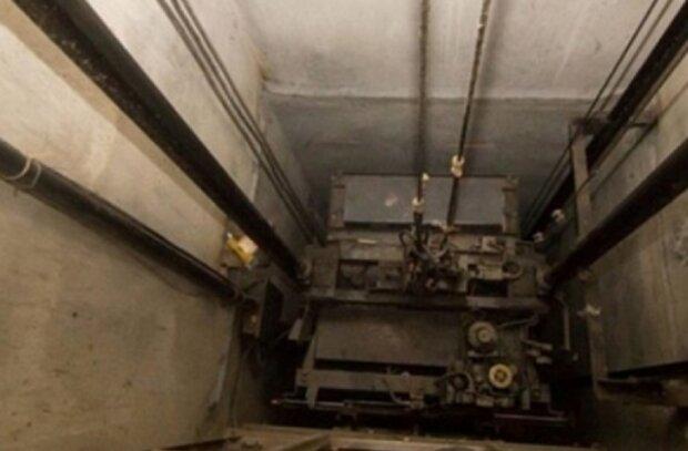 """У київській багатоповерхівці обірвався ліфт з людиною всередині, відео: """"Давно просили замінити..."""""""
