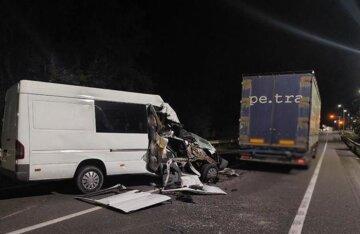 Автобус с украинцами влетел в грузовик: детали и кадры с места