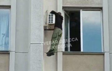 """""""Я атошник, защищаю Украину"""": в Одессе мужчина угрожал выброситься из окна ОГА, видео"""