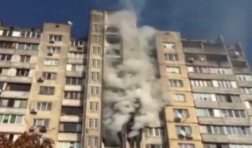 В Киеве полыхает многоэтажка, жители дома оказались в западне: первые подробности и кадры с места